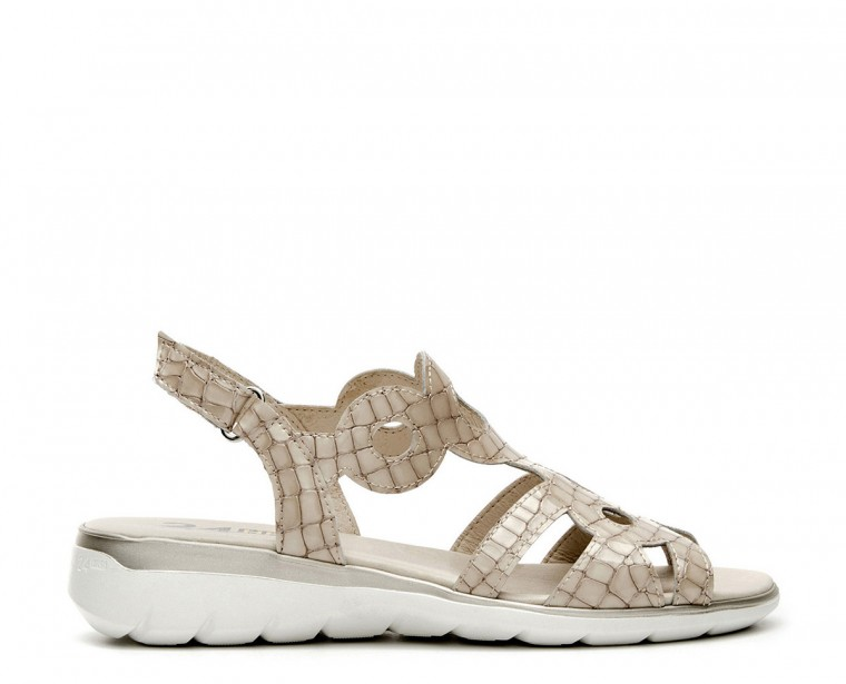 Patent leather coconut sandal with buckle clousure