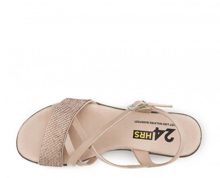 Sandalia de piel charol con adorno strass y cierre de hebilla