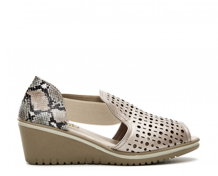 Sandal with side and front opening with cut in patent leather upper