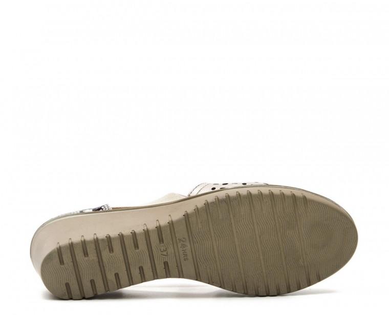 Sandalia con apertura lateral y frontal con picado en pala de piel charol