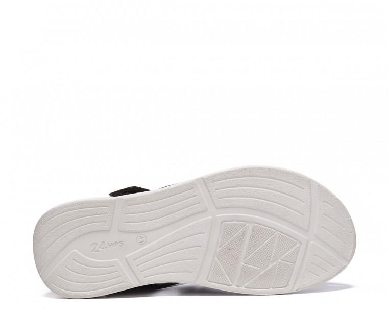 Sandalia en piel con cierre velcro
