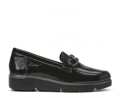 Patent leather shoe with chain ornament
